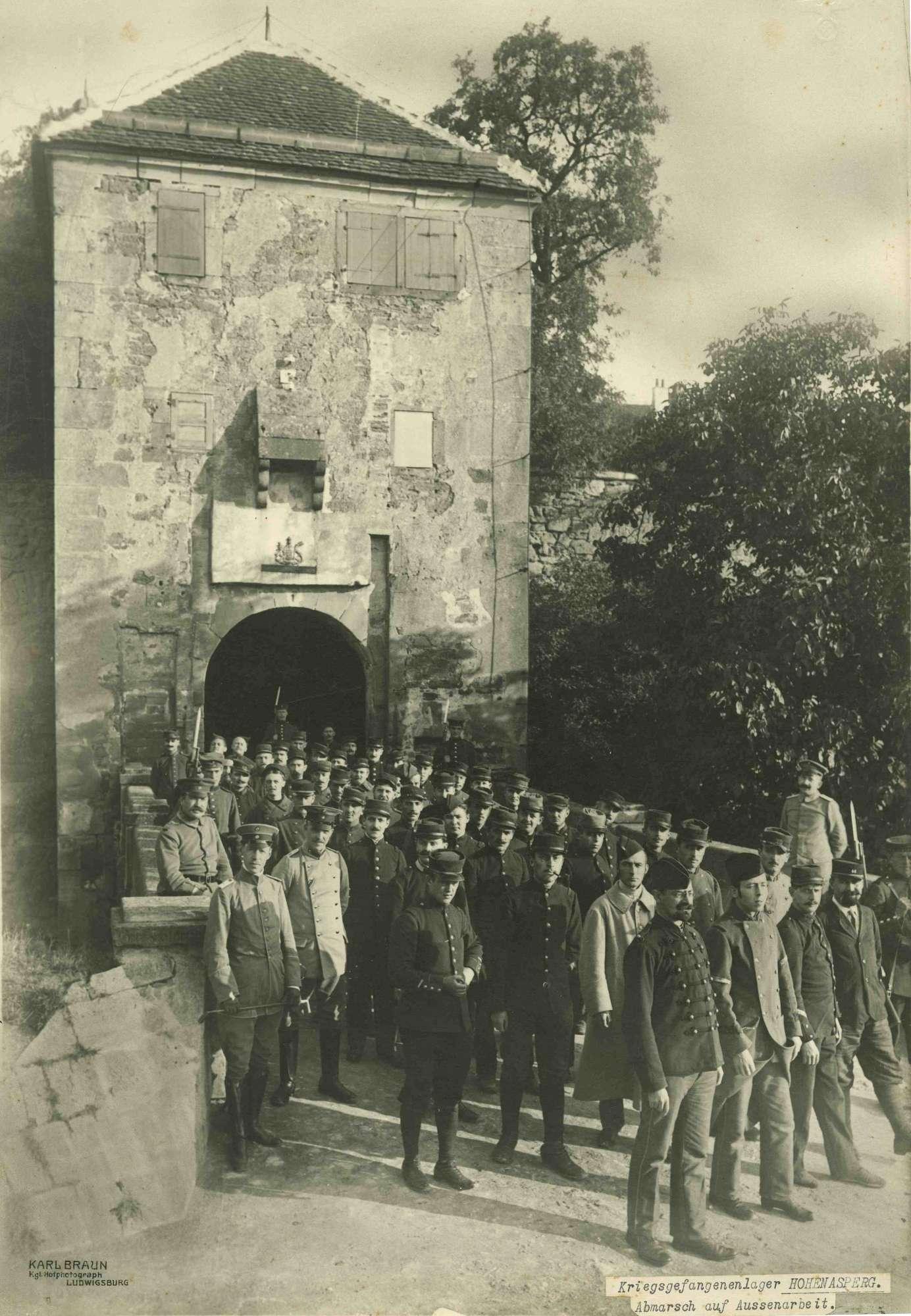 Bewachter Trupp von ca. fünfzig Kriegsgefangenen vor Burgtor des Kriegsgefangenenlagers Hohenasperg, angetreten zur Außenarbeit, Bild 1