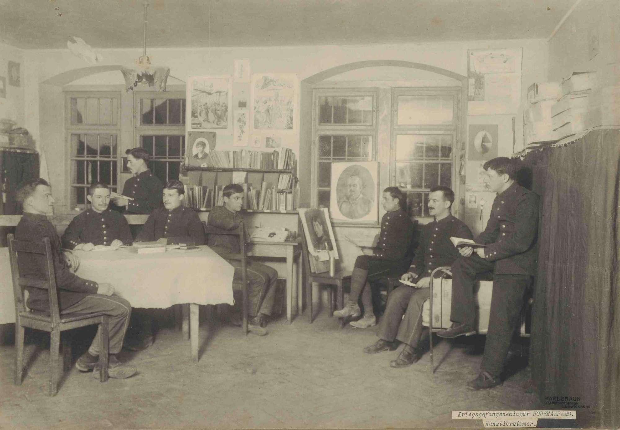 Acht Kriegsgefangene beim Lesen bzw. Porträtmalen in Künstlerwerkstatt im Kriegsgefangenenlager Hohenasperg, Bild 1