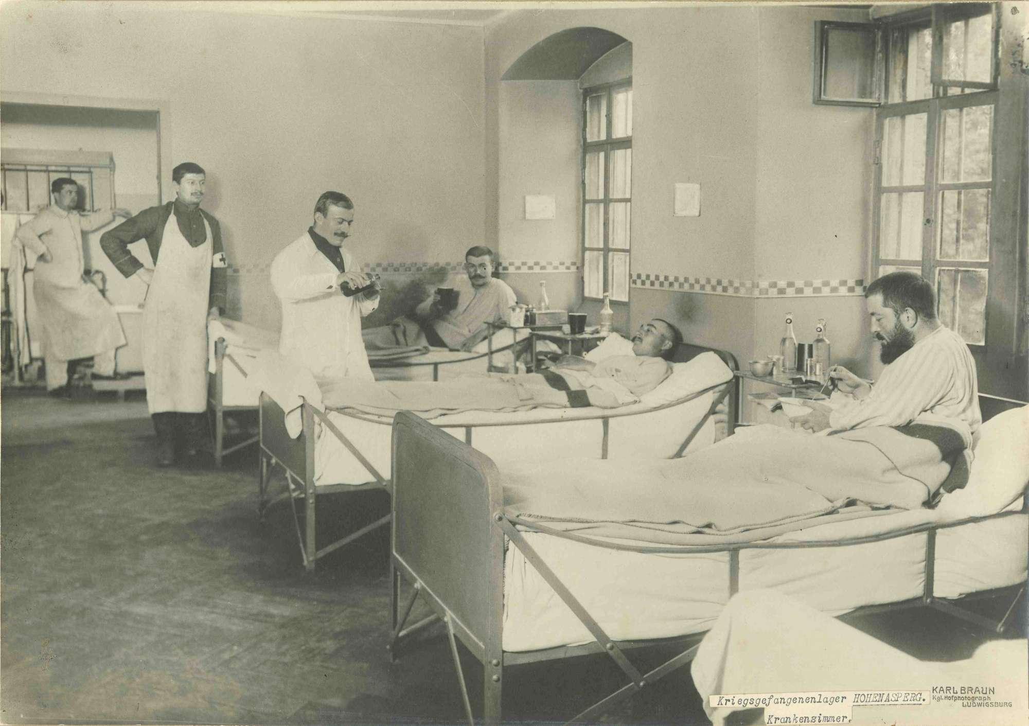 Drei bettlägerige Kranke und drei Pfleger, Kriegsgefangene, auf Krankenstation im Kriegsgefangenenlager Hohenasperg, Bild 1
