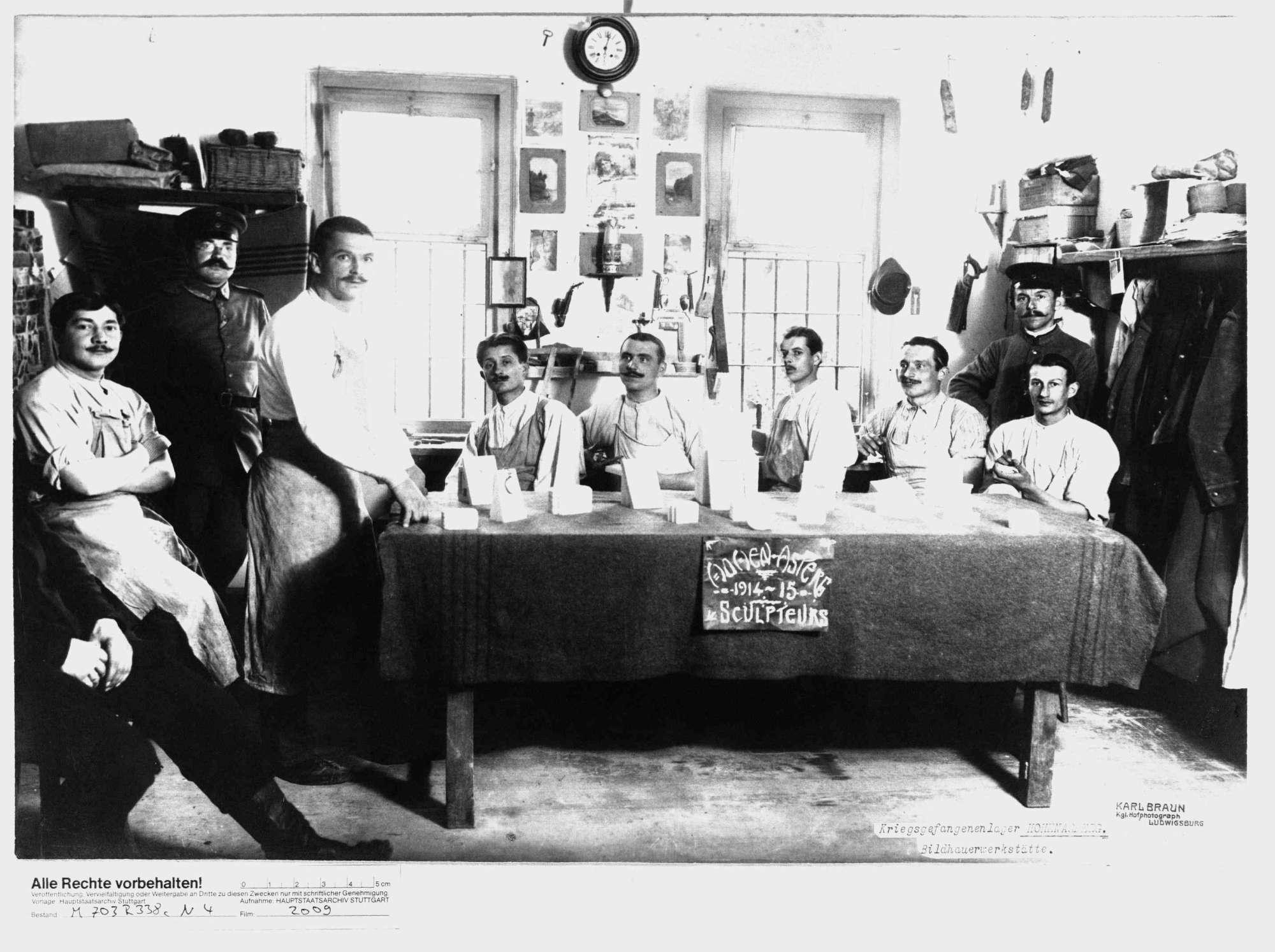 Modellierende Kriegsgefangene unter Bewachung in Bildhauerwerkstatt im Kriegsgefangenenlager Hohenasperg, Bild 1