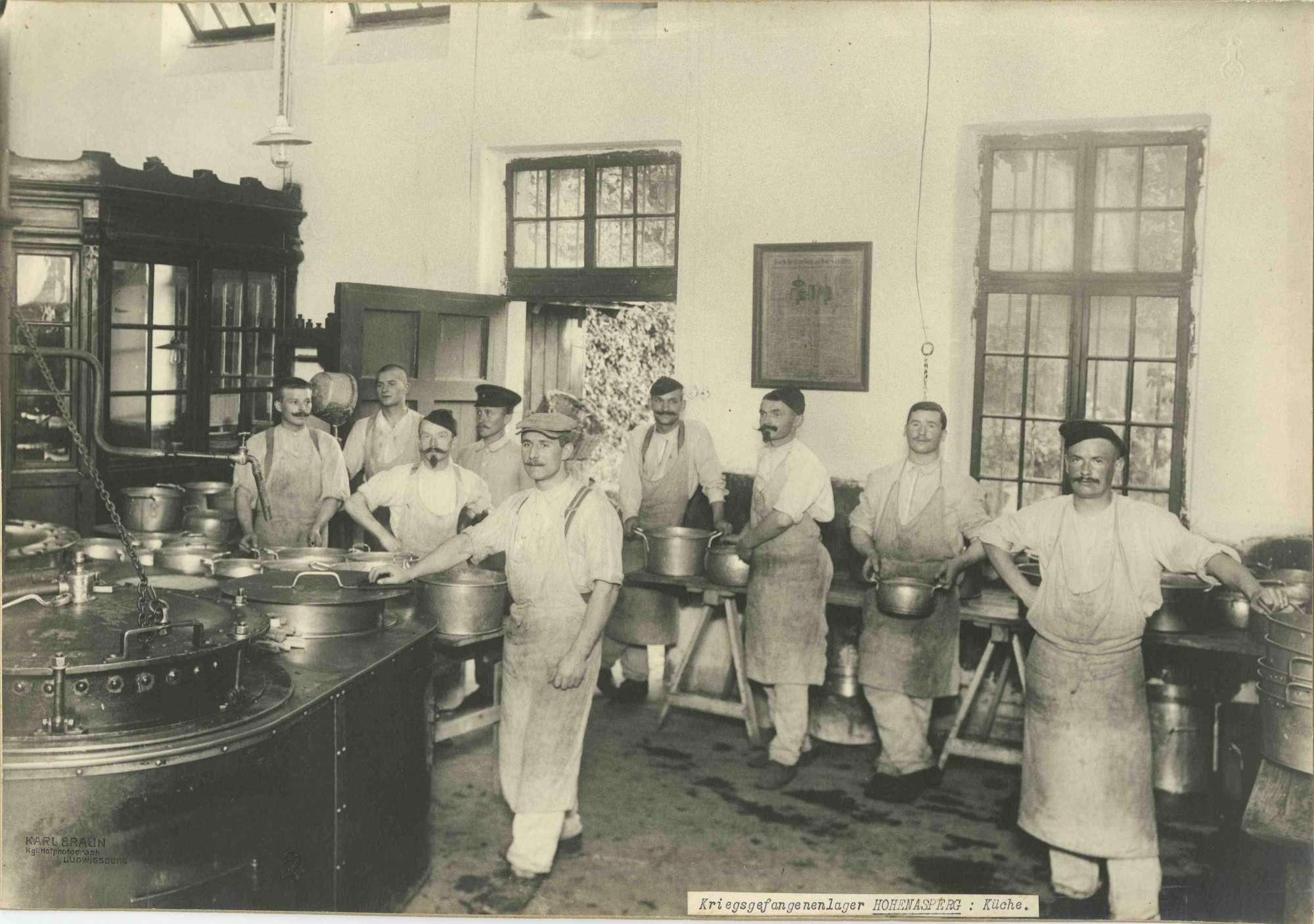 Neun Kriegsgefangene als Köche und Küchenhelfer in Küche im Kriegsgefangenenlager Hohenasperg, Bild 1