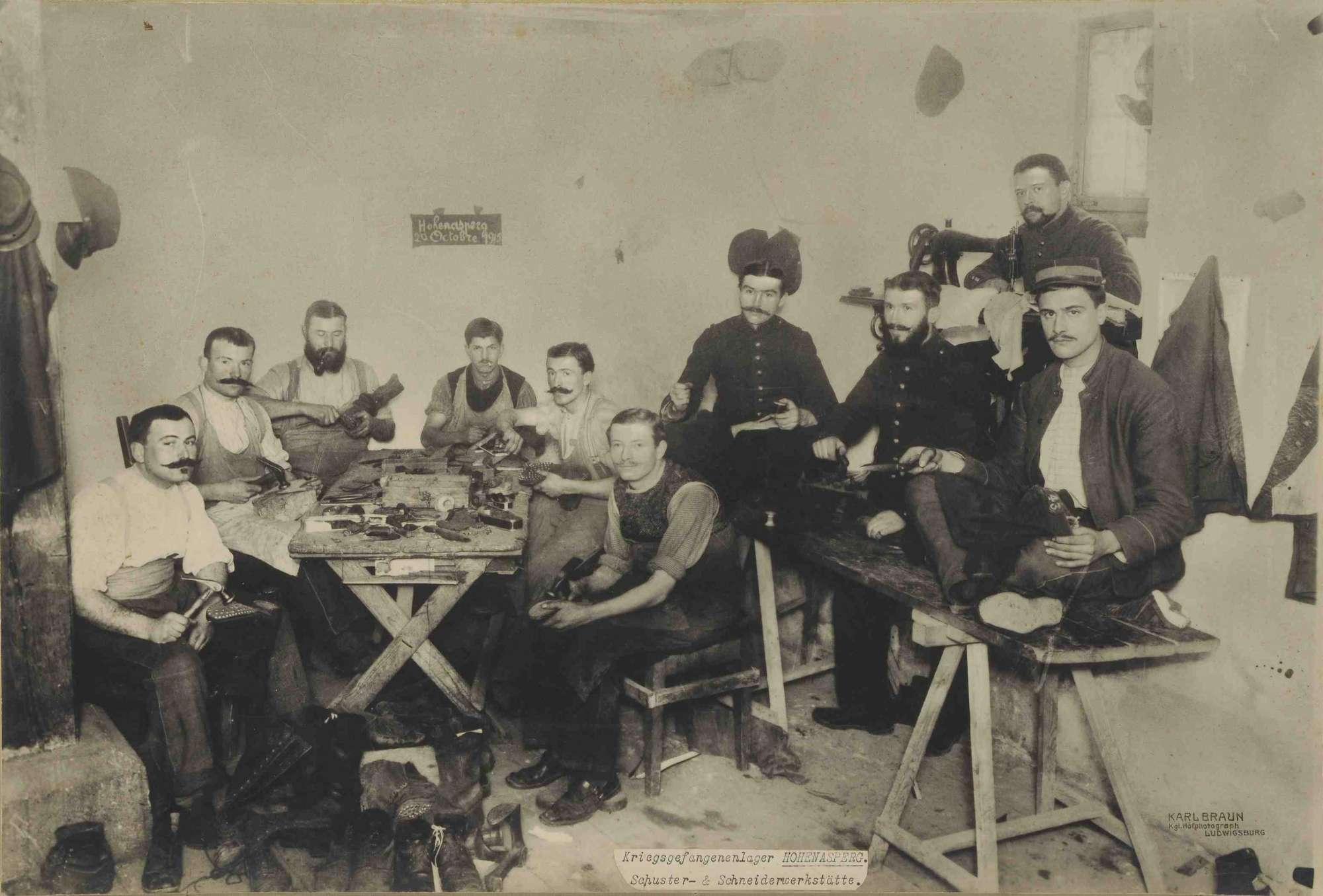 Arbeitende Kriegsgefangene in Schuster- und Schneiderwerkstätte im Kriegsgefangenenlager Hohenasperg, Bild 1