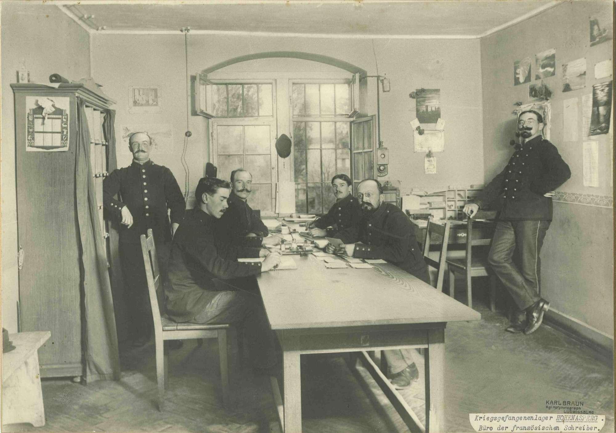 Sechs Kriegsgefangene im Büro der französischen Schreiber im Kriegsgefangenenlager Hohenasperg, Bild 1