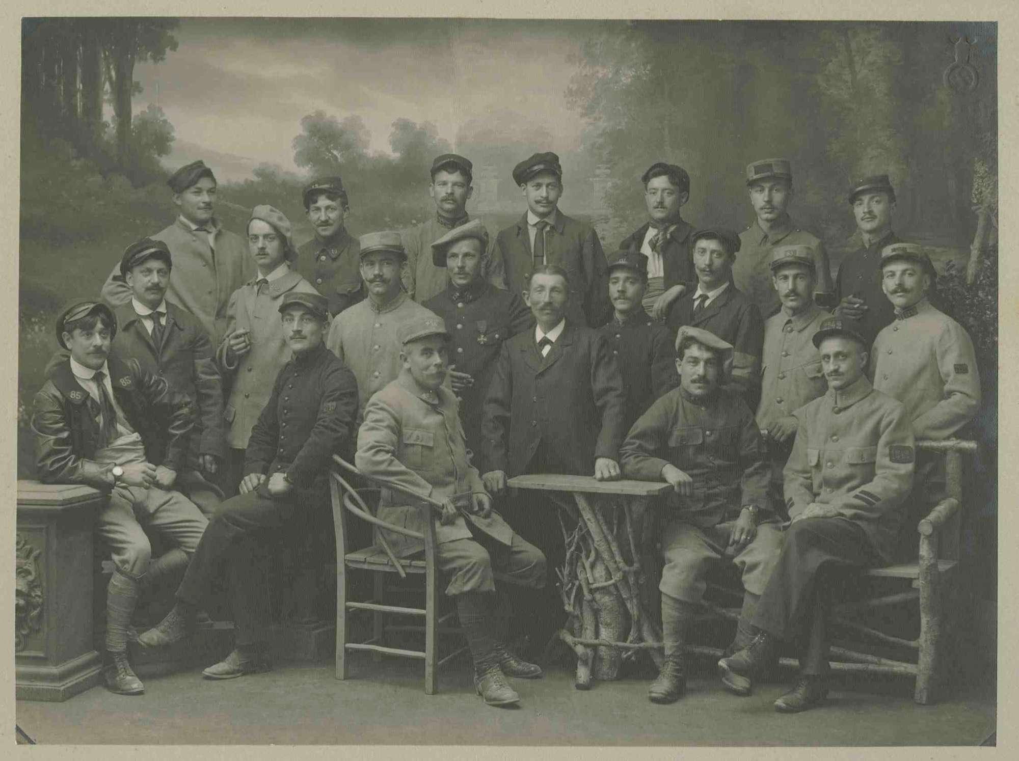 21 Kriegsgefangene, teils stehend, teils sitzend in Atelier positioniert vor gemalter Waldlichtung, Kriegsgefangenenlager Ludwigsburg-Eglosheim, Bild 1