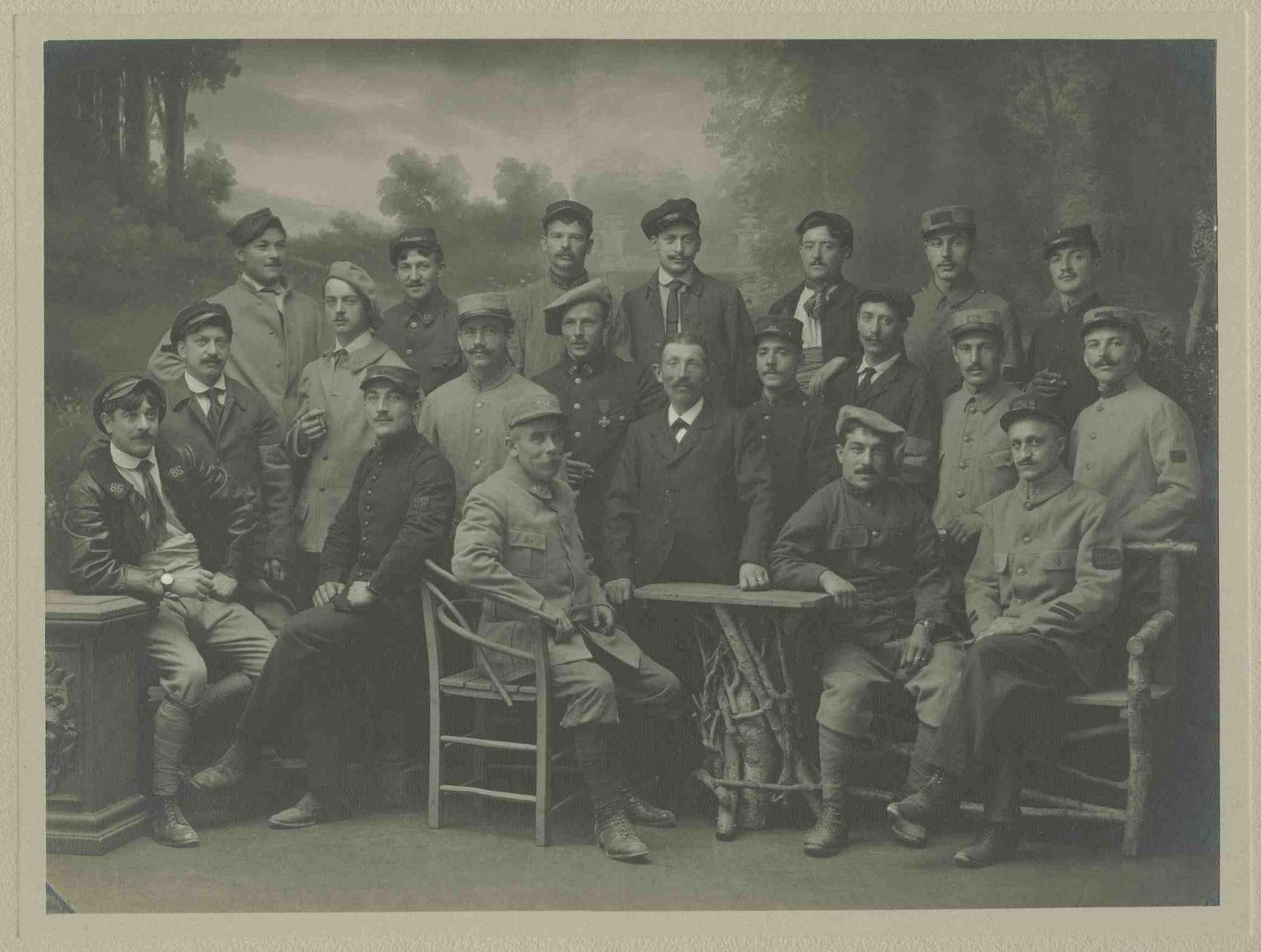 21 Kriegsgefangene, teils stehend, teils sitzend in Atelier positioniert vor gemalter Waldlichtung, Kriegsgefangenenlager Ludwigsburg-Eglosheim, 1r
