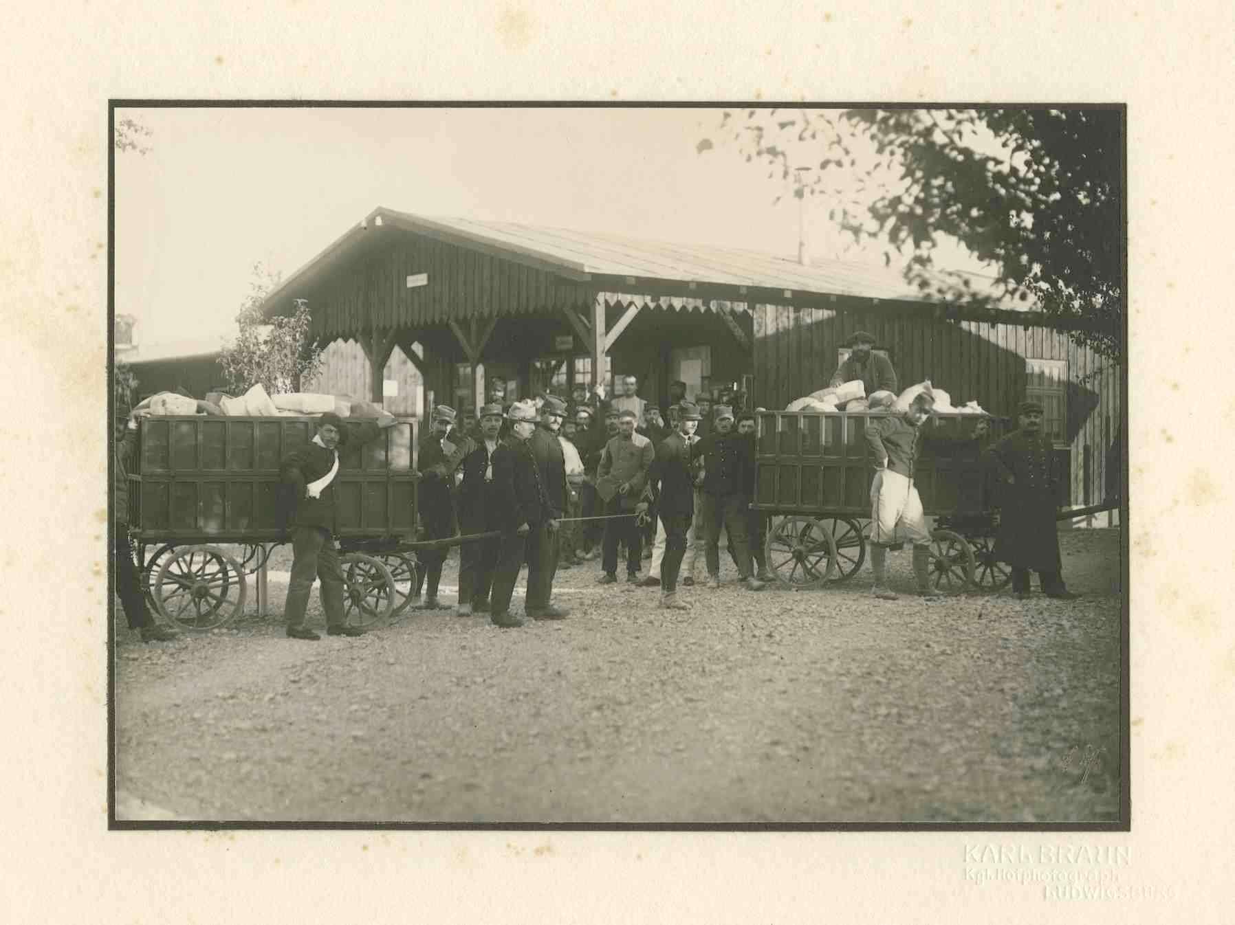 Kriegsgefangene an zwei Wagen mit Paketen stehend, im Hintergrund Baracke Kriegsgefangenlager Ludwigsburg-Eglosheim, Bild 1