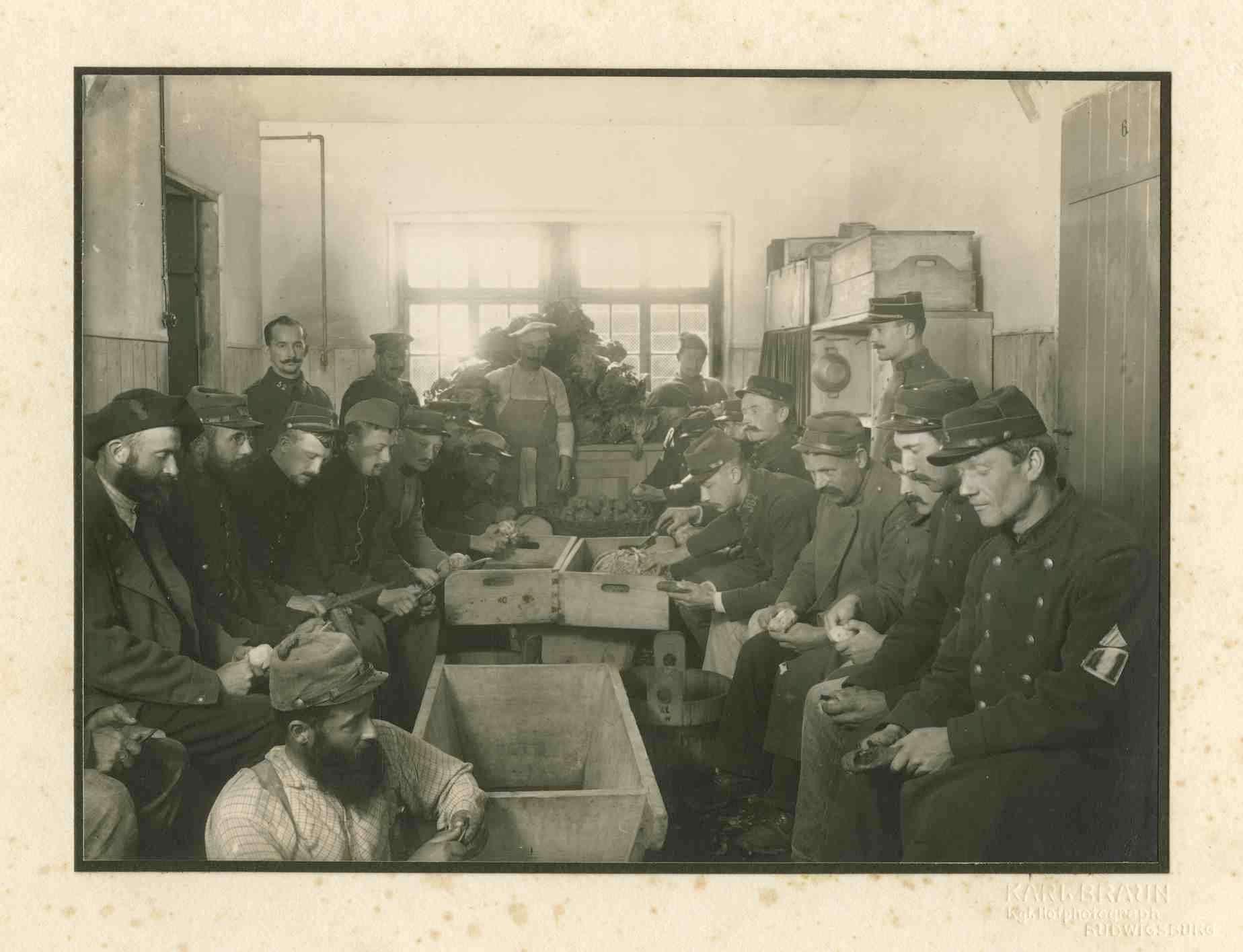 Ca. zwanzig Kriegsgefangene beim Küchendienst (Rüben schälen), ein Wachhabender, Kriegsgefangenenlager Ludwigsburg-Eglosheim, Bild 1