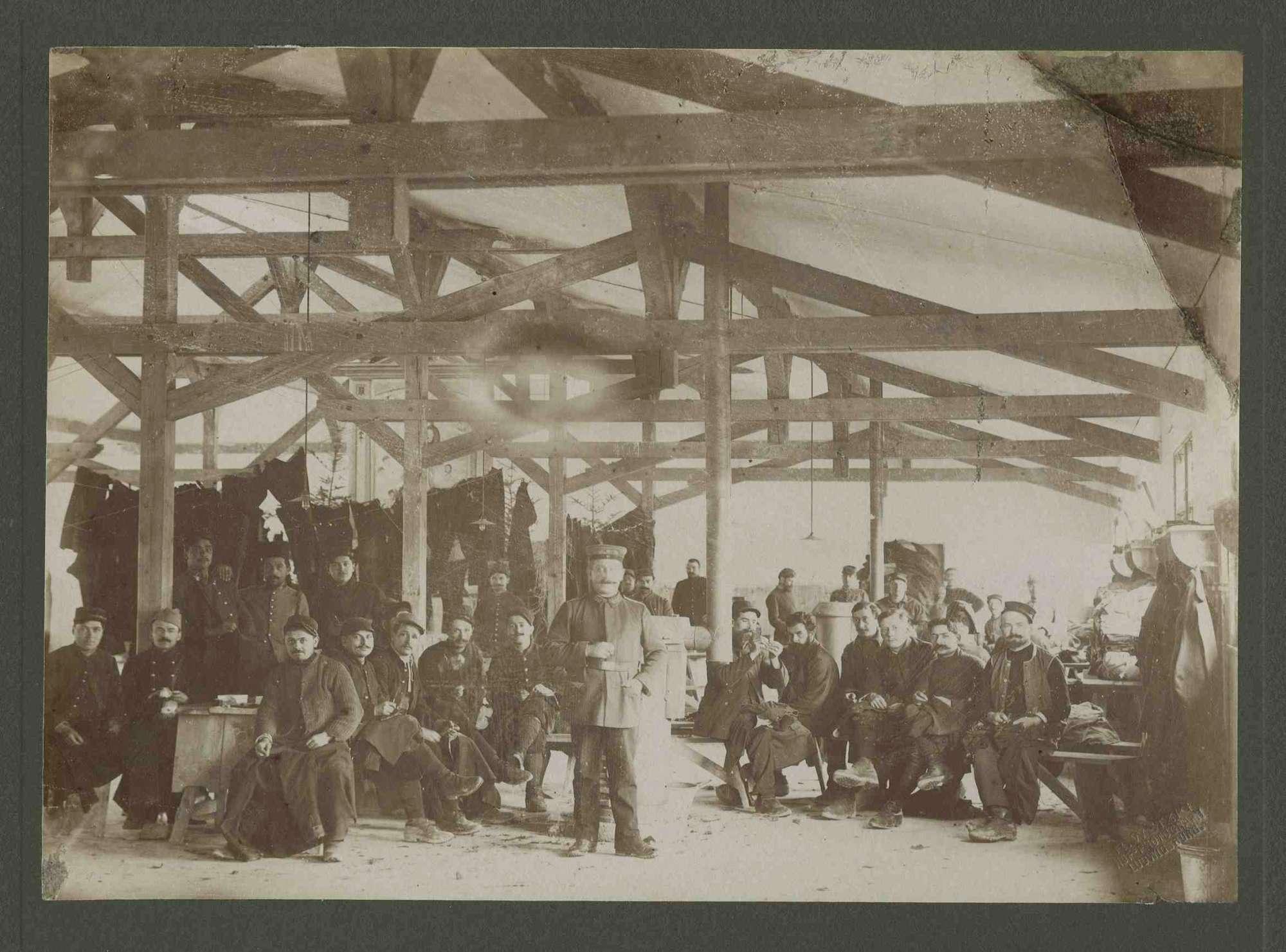 Ca. 24 Kriegsgefangene bei Flickarbeiten an Kleidungsstücken, Kriegsgefangenenlager Ludwigsburg-Eglosheim, Bild 1
