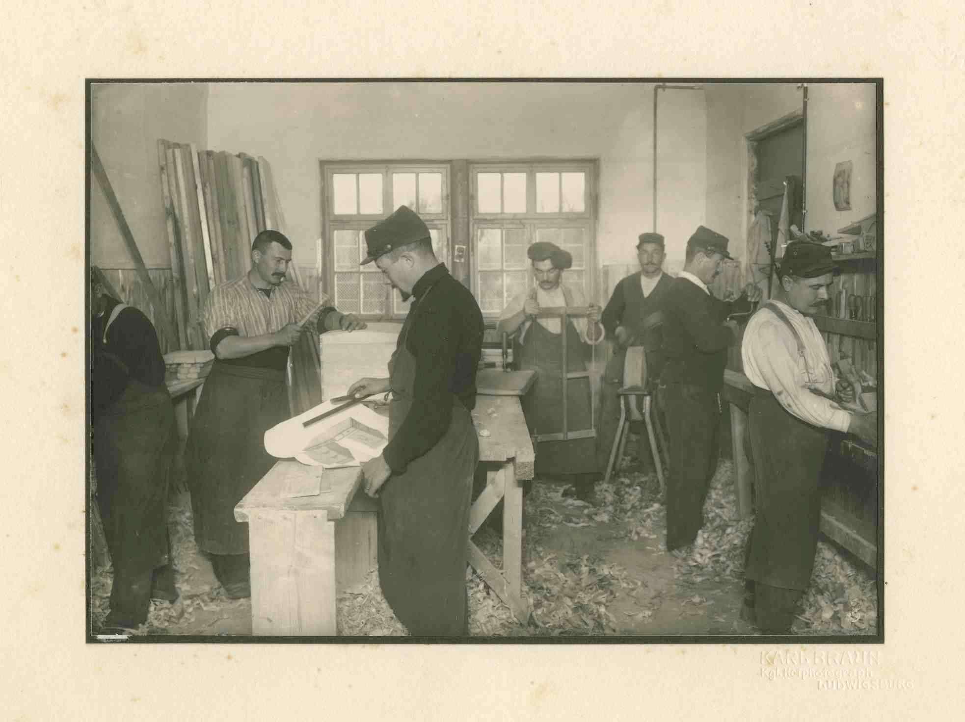 7 Kriegsgefangene beim Arbeiten in Schreinerwerkstatt Kriegsgefangenenlager Ludwigsburg-Eglosheim, Bild 1