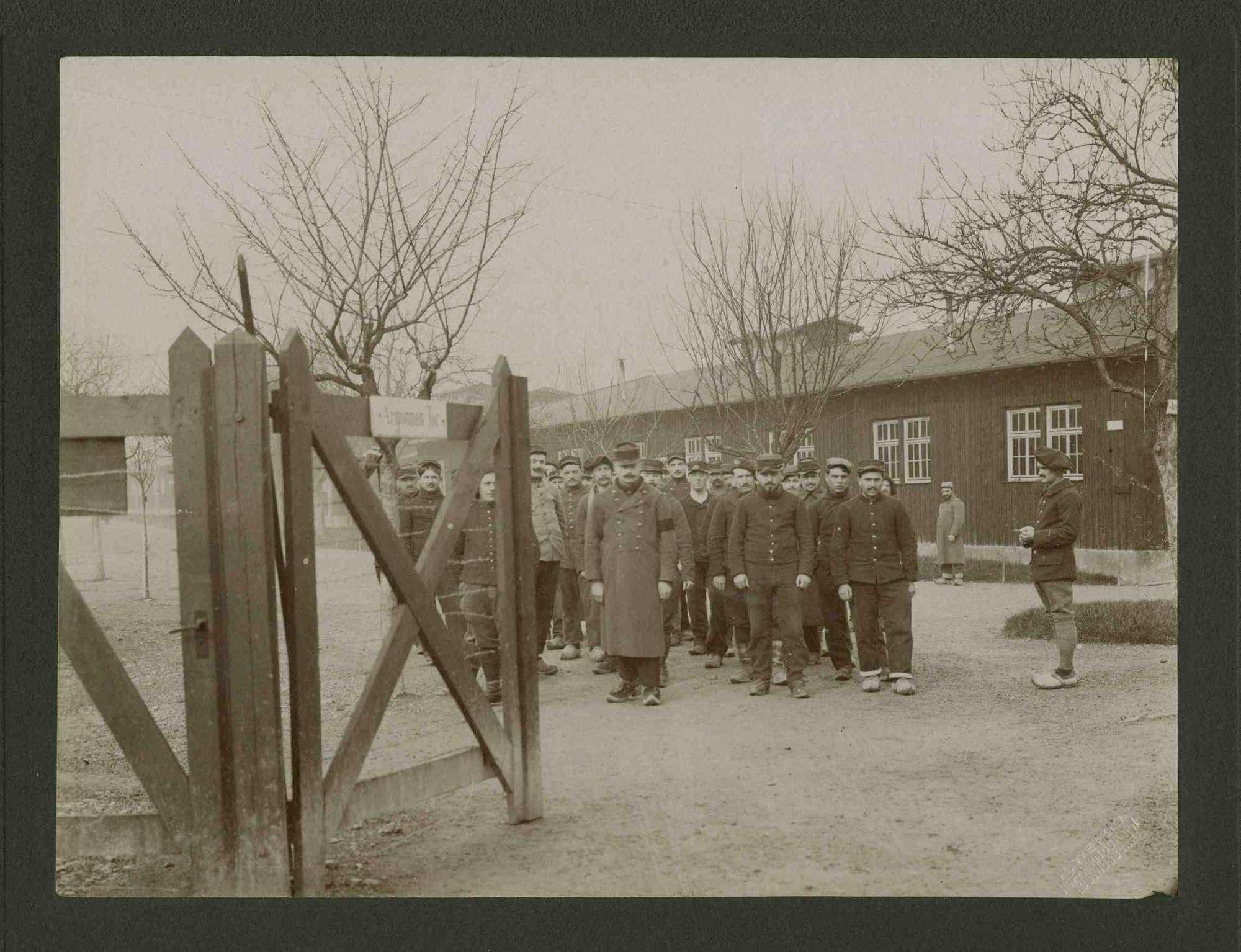 Angetretenes Arbeitskommando, Trupp Kriegsgefangener beim Ausmarsch aus Argonnen Tor, Kriegsgefangenenlager Ludwigsburg-Eglosheim, Bild 1