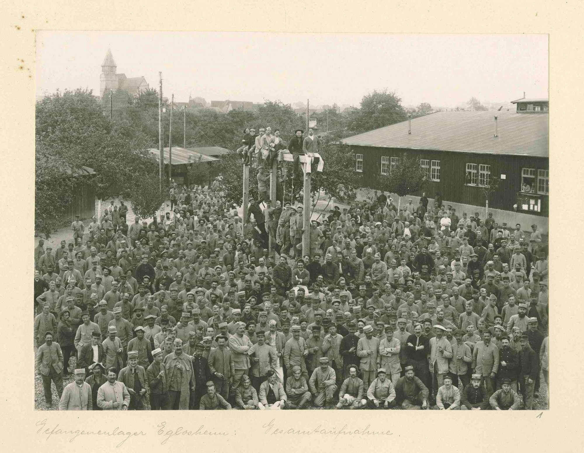 Ansicht des Kriegsgefangenenlagers Ludwigsburg-Eglosheim mit Gefangenenversammlung, im Hintergrund Kirche, Bild 1