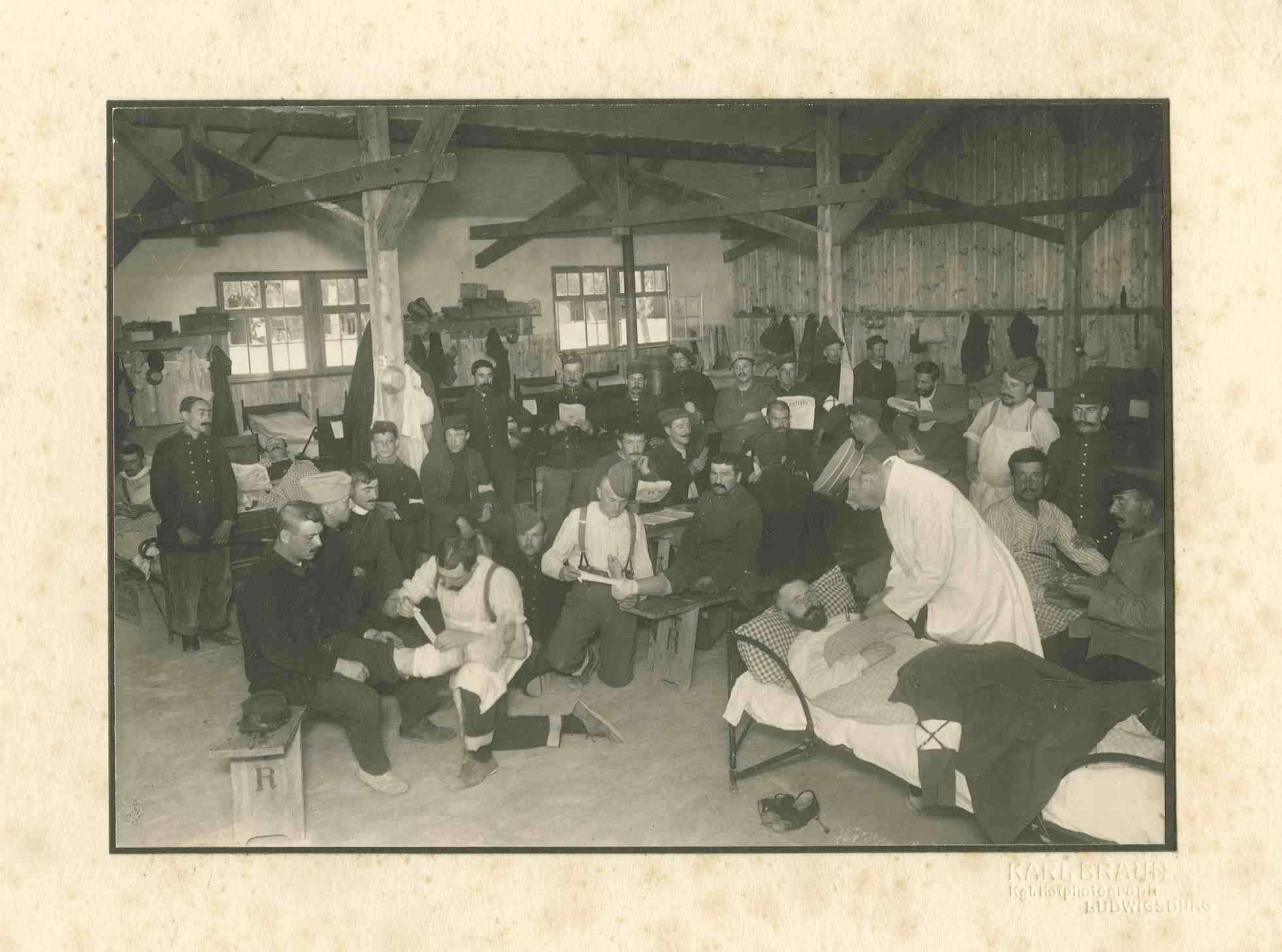 Sanitäter und Arzt in Krankenstation im Kriegsgefangenenlager Ludwigsburg-Eglosheim beim Verbinden Verwundeter und Pflegen von bettlägerigen Kranken, Bild 1