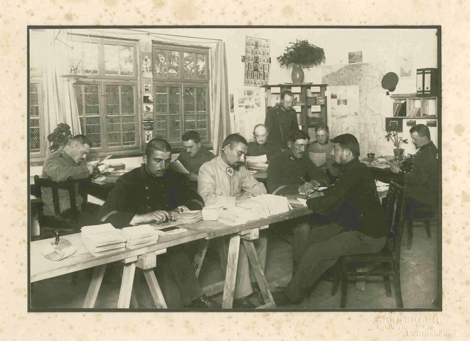10 Kriegsgefangene beim Lesen bzw. Schreiben im Briefzimmer Kriegsgefangenenlager Ludwigsburg-Eglosheim, Bild 1