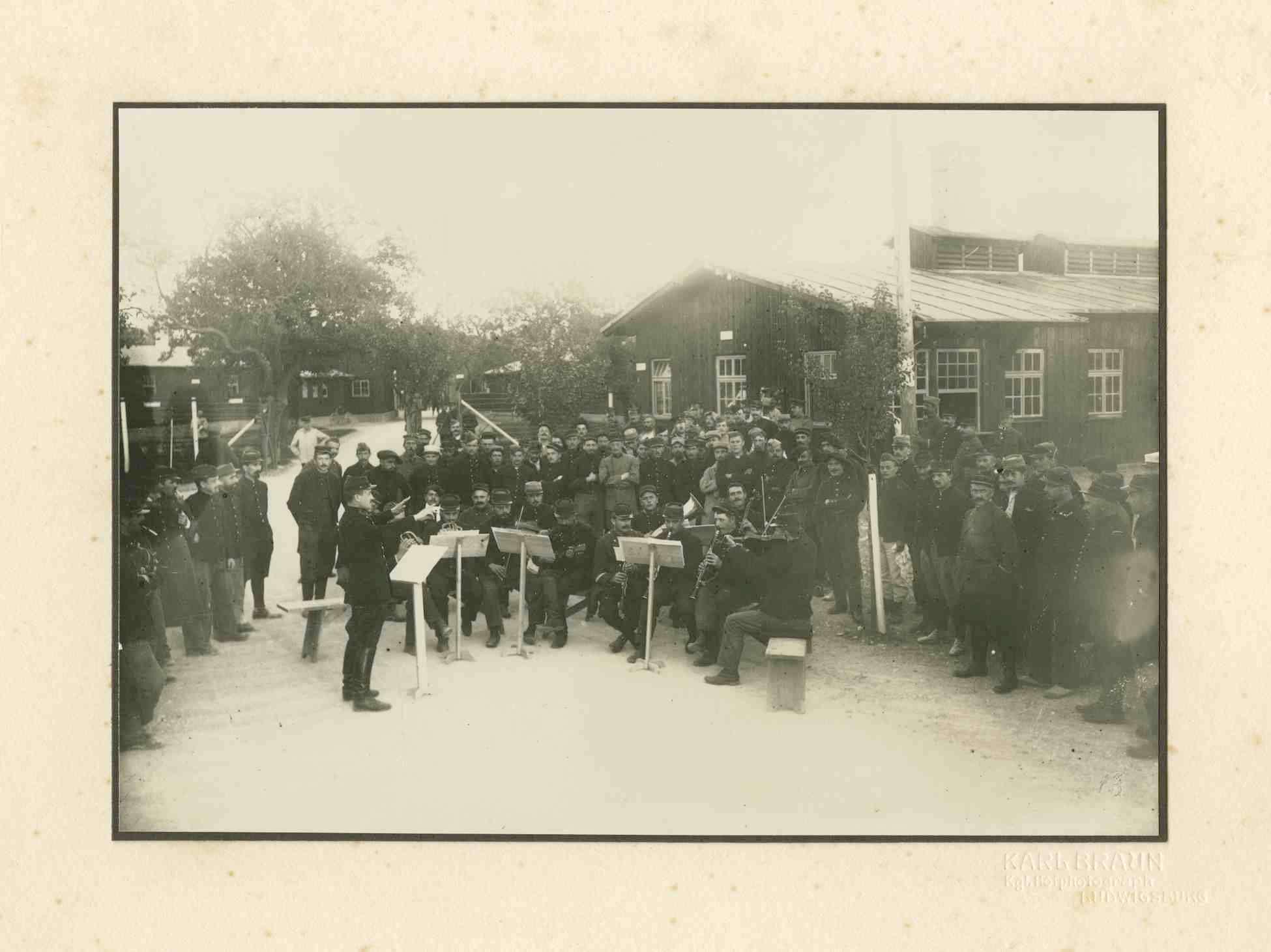 Winterbild, Kriegsgefangene musizieren als Orchester für Kriegsgefangene, teils stehend, teils sitzend im Hof Kriegsgefangenenlager Ludwigsburg-Eglosheim, Bild 1