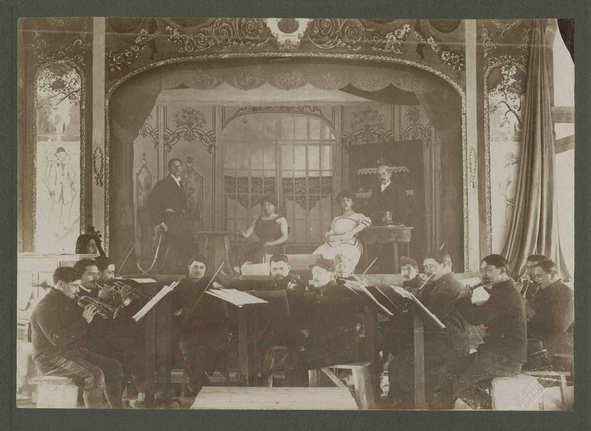 Theatervorstellung im Kriegsgefangenenlager Ludwigsburg-Eglosheim in Jugendstil-Kulissen, vier Schauspieler auf Bühne, davor Orchester, Bild 1