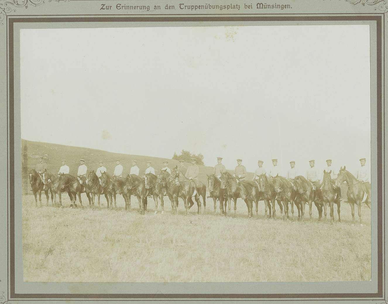 Offiziere (achtzehn Personen) zu Pferd auf dem Truppenübungsplatz Münsingen in Uniform und Mütze, Bilder in Halbprofil, Bild 1