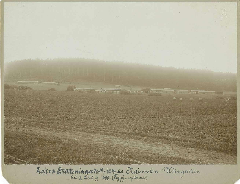 Blick auf das Zelt- und Hüttenlager am Waldrand bei Nessenreben (Weingarten), Lager bezogen während einer Typhusepidemie im Sommer 1899, Bild 1