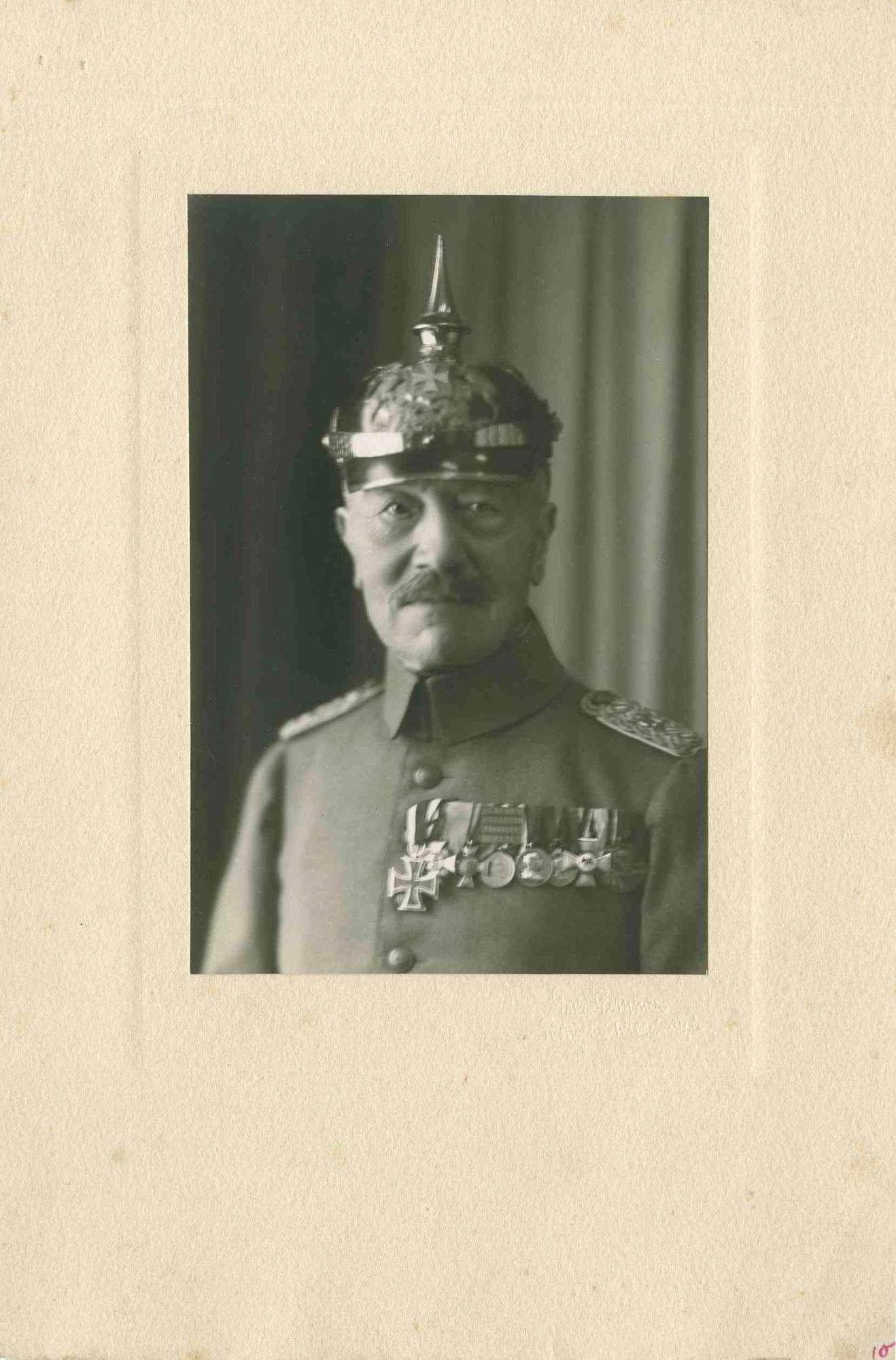 N. Wendler (?), Tübingen, in Uniform, Pickelhaube mit Orden, Brustbild in einem Atelier, Bild 1
