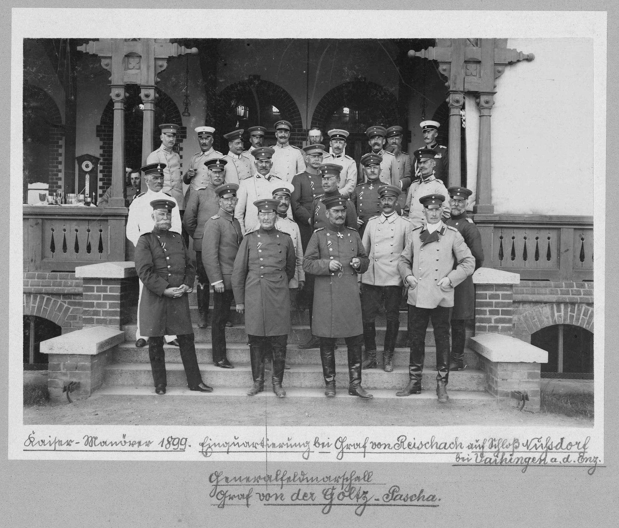 Kaisermanöver 1899: Gruppenbild mit fünfundzwanzig Personen, Freiherr Colmar von der Goltz-Pascha, preussischer türkischer General und sein Offiziersstab bei der Einquartierung bei Graf von Reischach, Schloss Nußdorf bei Vaihingen a. d. Enz, Bild 1