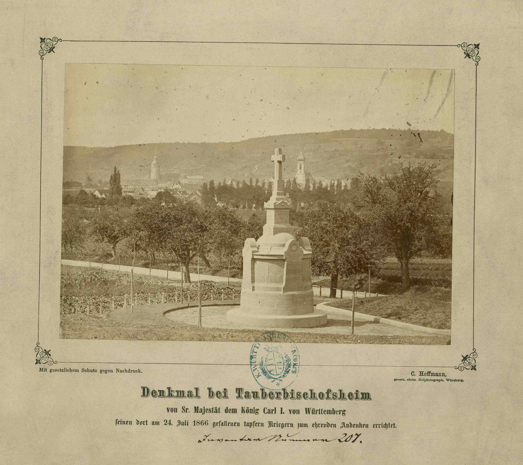 Kriegerdenkmal bei Tauberbischofsheim, im Hintergrund das Stadtbild Tauberbischofsheim, Bild 1