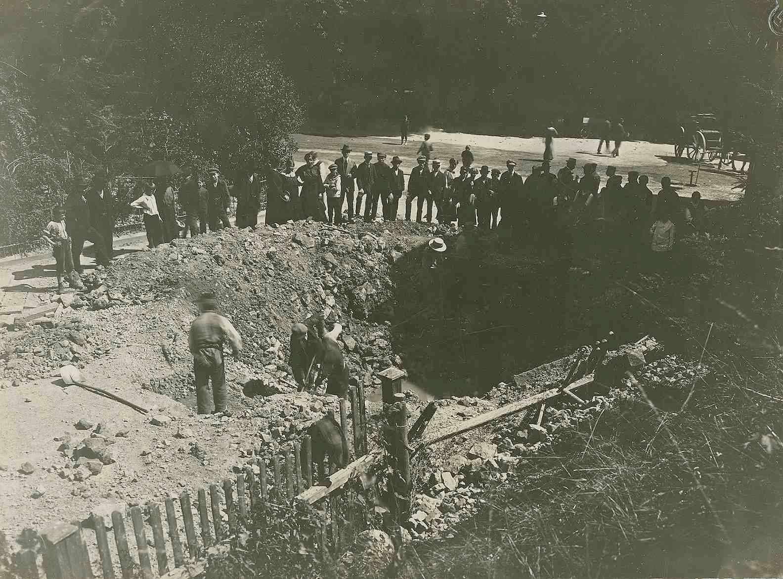 Fliegerangriff auf Oberndorf am Neckar am 20. Juli 1918, Bombentrichter neben Druckereigebäude des Schwarzwälder Boten, Schaulustige, Bild 1