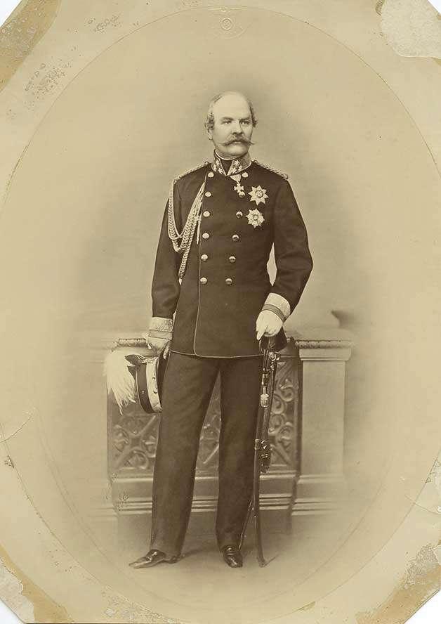 Prinz Friedrich von Württemberg, stehend in der Uniform eines Generals der Kavallerie, in Halbprofil, Bild 1