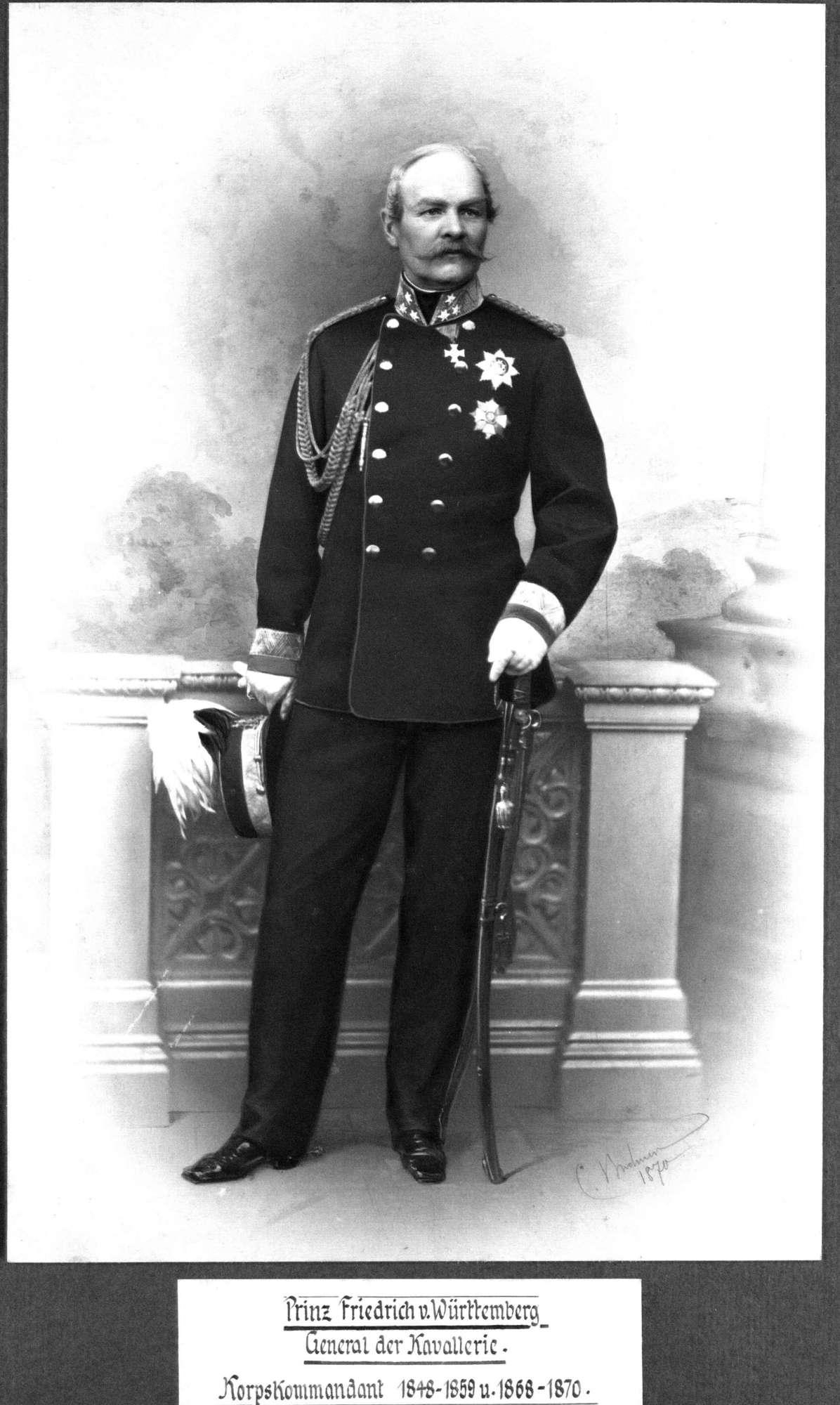 Prinz Friedrich von Württemberg, stehend in Uniform eines Generals der Kavallerie mit Orden, in Halbprofil, Bild 1