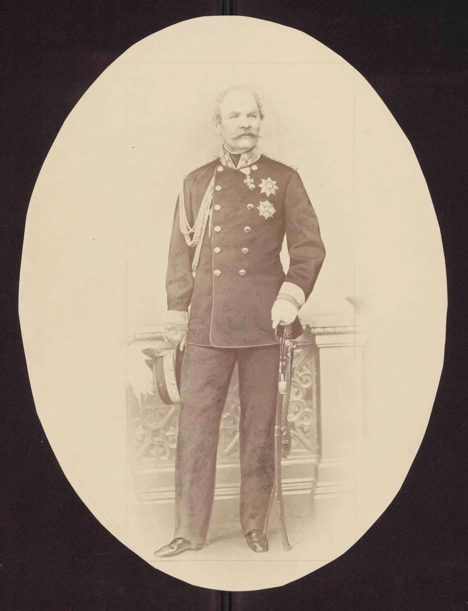 Prinz Friedrich von Württemberg, stehend in Uniform eines Generals der Kavallerie, in Halbprofil, Bild 1