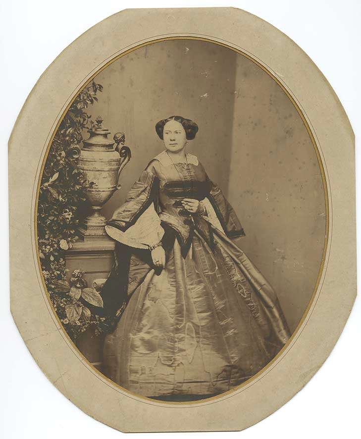 Prinzessin Auguste von Württemberg mit Schmuck neben Vase stehend, in Halbprofil, Bild 1