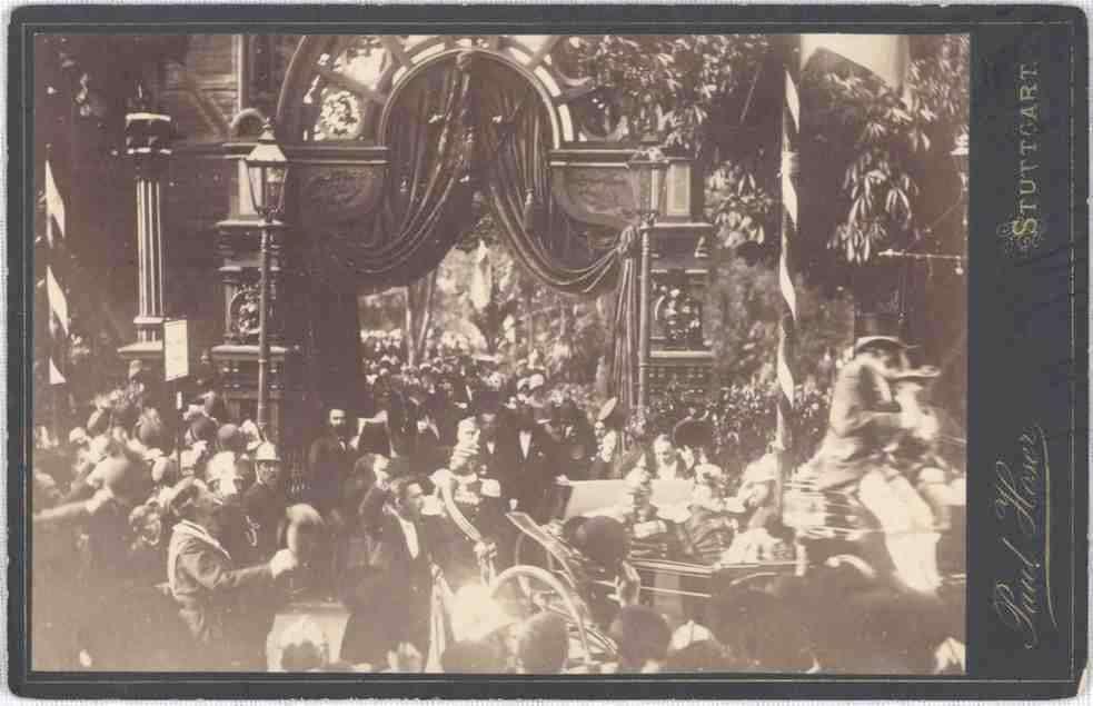 Kaiser Wilhelm I. und König Karl von Württemberg in einer Kutsche mit Gefolge den Stadtgarten Stuttgarts durch ein Spalier jubelnder Zuschauer verlassend, Bild 1