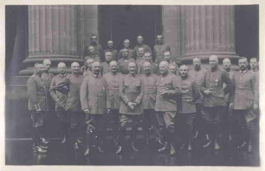 Herzog Albrecht von Württemberg und ca. sechsundzwanzig Offiziere in Uniform, teils mit Orden, vor dem Säulenportal des Schlosses (?) in Zabern, Bild 1
