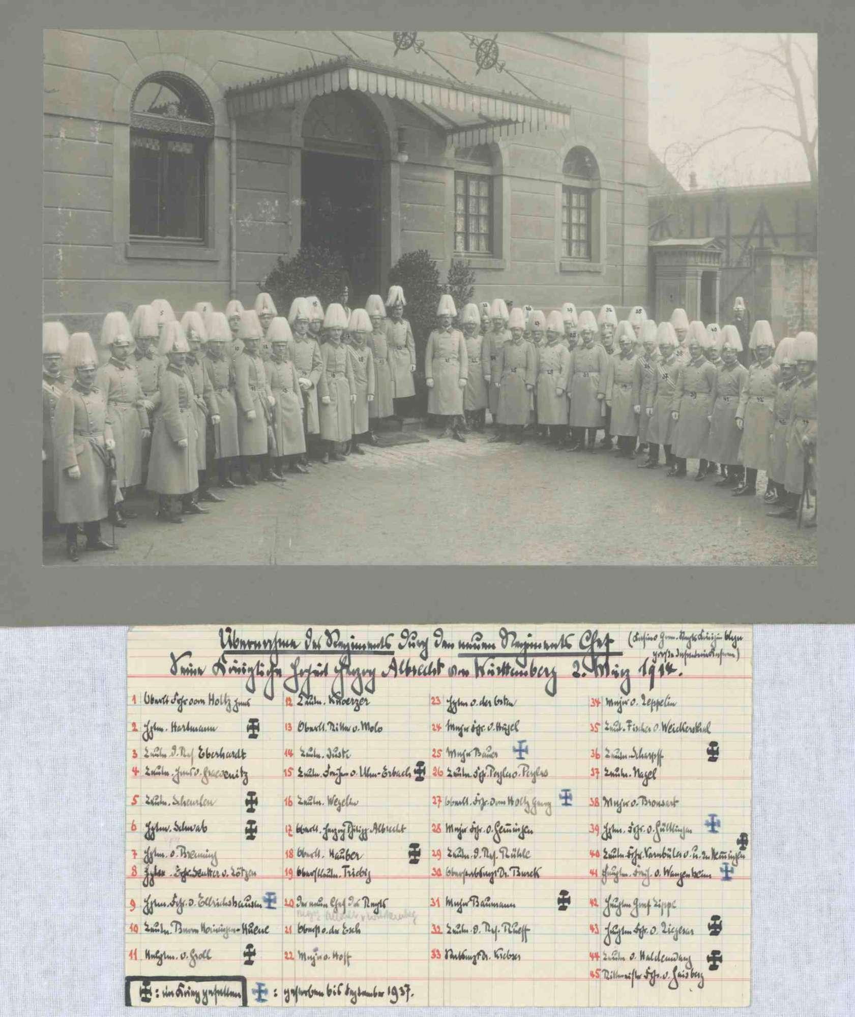 Herzog Albrecht von Württemberg und Offizierscorps in Uniform und Zierhelm, bei der Übernahme des Grenadier-Regiments Nr. 119 Königin Olga, im Hof der Rotebühlkaserne in Stuttgart, in Halbpofil, Bild 1