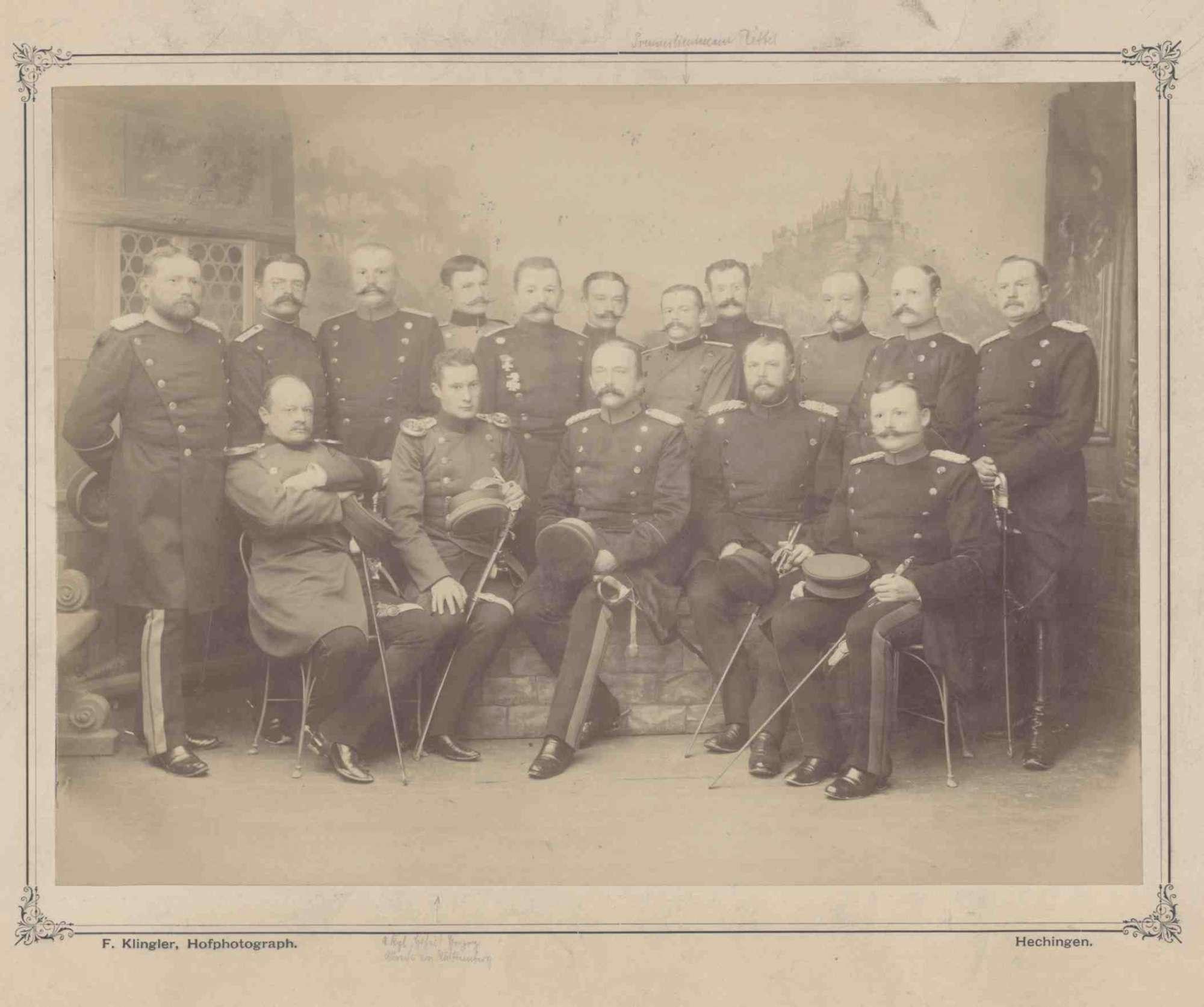 Herzog Albrecht von Württemberg (1865 - 1939) im Kreis von fünfzehn Offizieren in Uniform, teils mit Orden, sitzend oder stehend, in Halbprofil, Bild 1