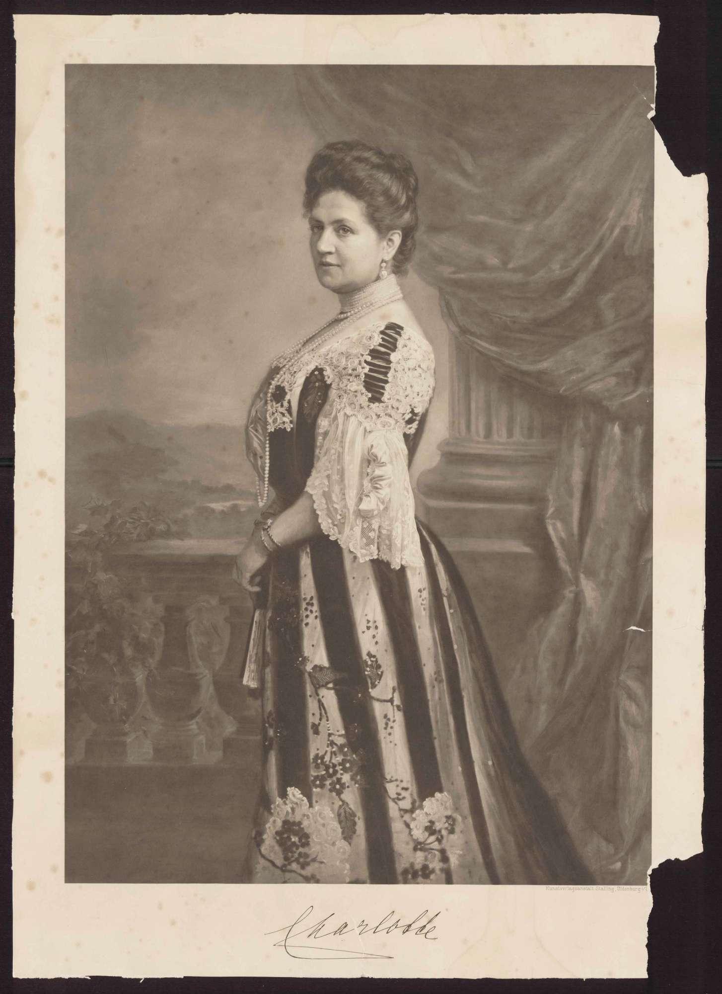 Königin Charlotte von Württemberg mit Halsschmuck auf einer Terasse stehend, Brustbild in Halbprofil, Bild 1