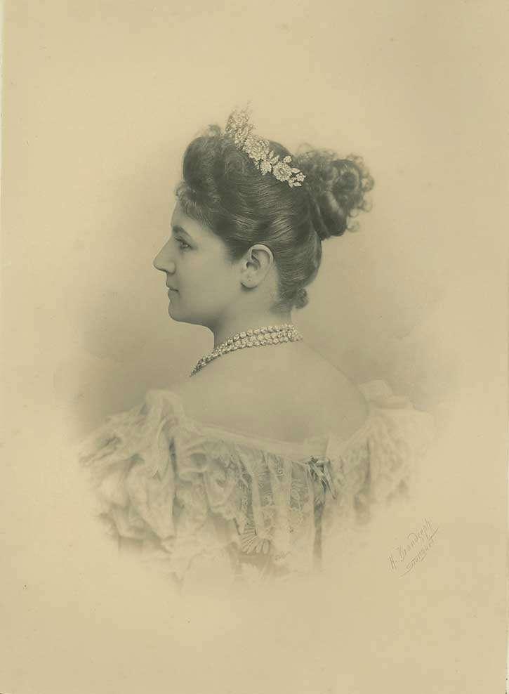 Königin Charlotte von Württemberg mit Diadem und Halskette, Brustbild in Halbprofil, Bild 1