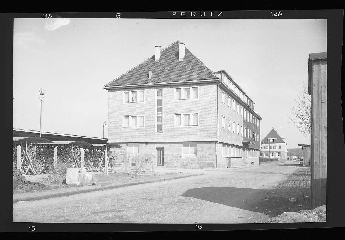 Eutingen, neuer Zustand des Bahnhofs mit Empfangsbau (Aussenaufnahme) und Bahnhofswirtschaft (Innenaufnahme), Abb. b