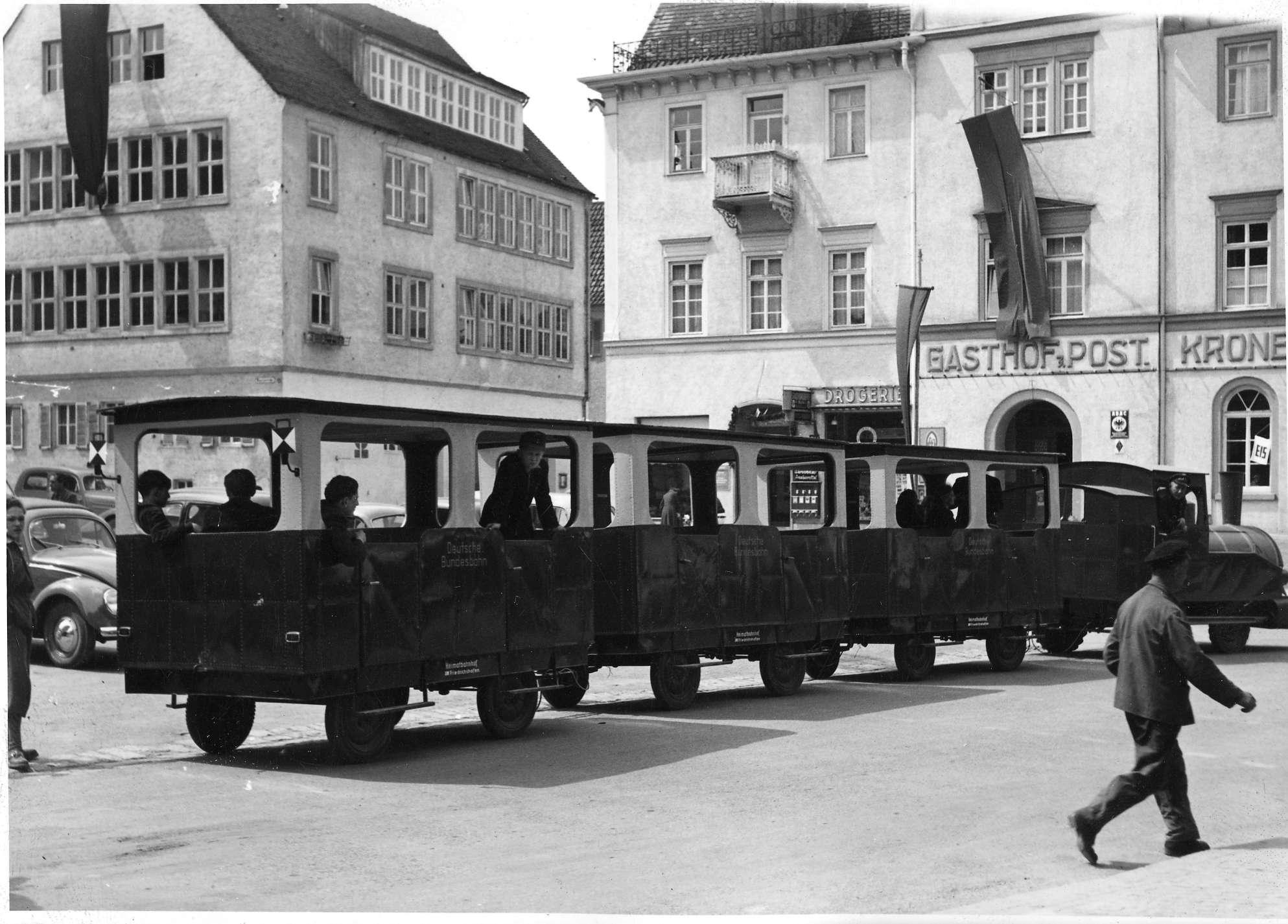 Friedrichshafen, von Traktor geführter Werbe- Straßenzug der Bundesbahn, Bild 1