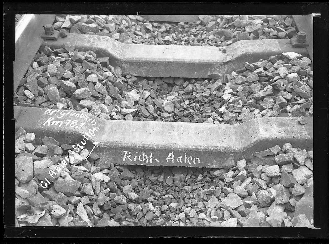 Grunbach, Bf, Gleis Aalen-Stuttgart, beschädigte Betonschwellen, Abb. a