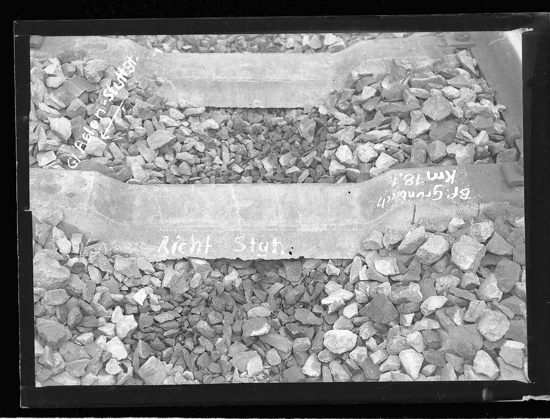 Grunbach, Bf, Gleis Aalen-Stuttgart, beschädigte Betonschwellen, Abb. b