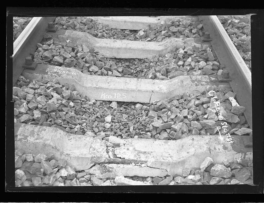 Grunbach, Bf, Gleis Aalen-Stuttgart, beschädigte Betonschwellen, Abb. c