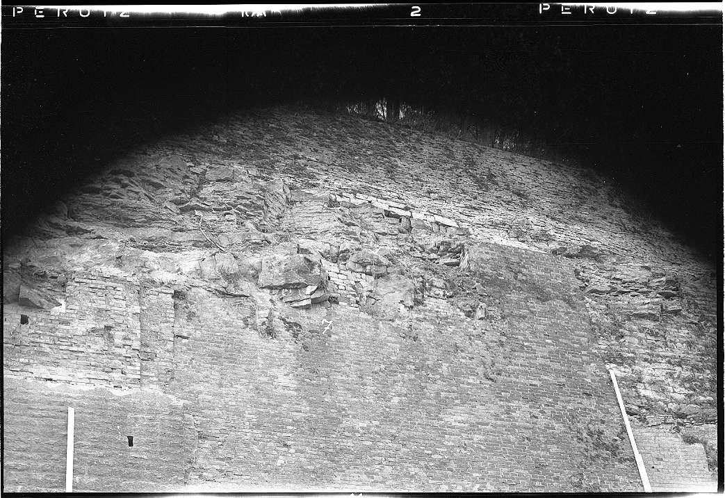 Neudenau, Bf, Mauerwerk entlang der Bahn, Abb. b