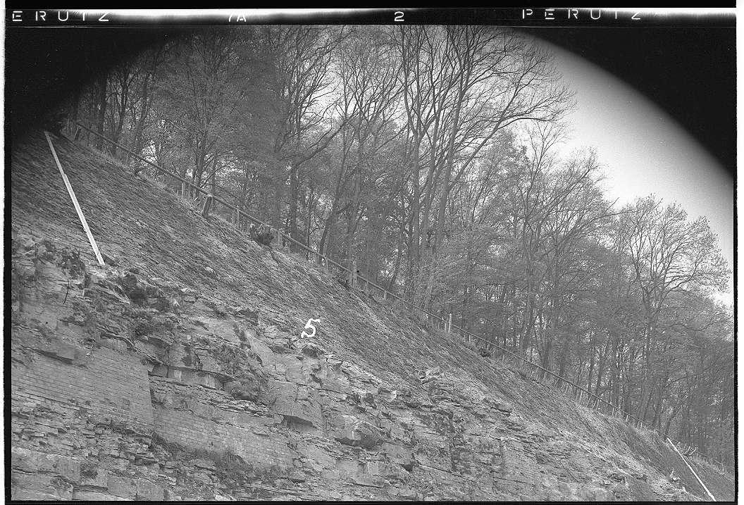 Neudenau, Bf, Mauerwerk entlang der Bahn, Abb. c