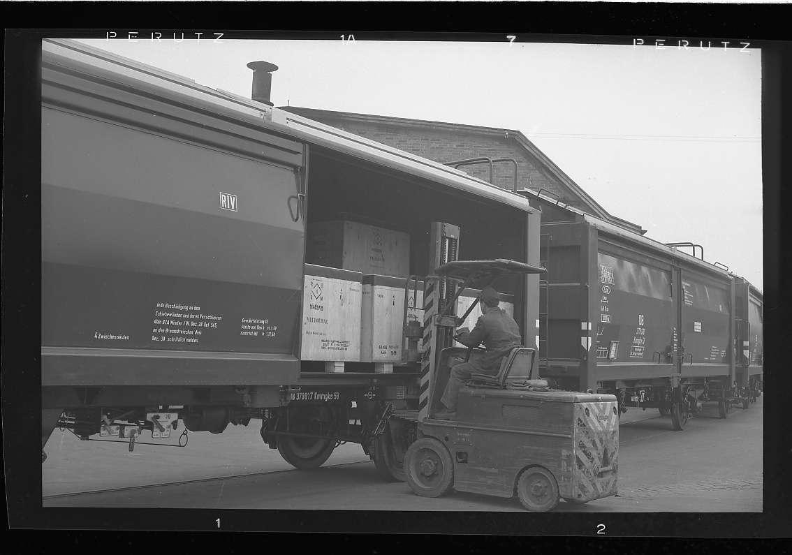 Stuttgart-Feuerbach, Güterverkehr bei Firma Bosch (Neubau-Kmmgks-Wagen, Erstbeladung war am 21.11.1957 auf dem Werksgelände der Firma Bosch in Stuttgart-Feuerbach erfolgt), Abb. b