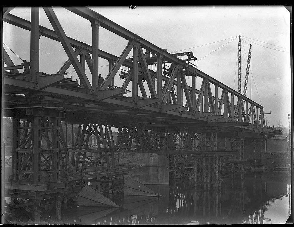 Stuttgart-Gaisburg, Daimlerbrücke, Einsetzen des Fachwerküberbaus, Abb. a