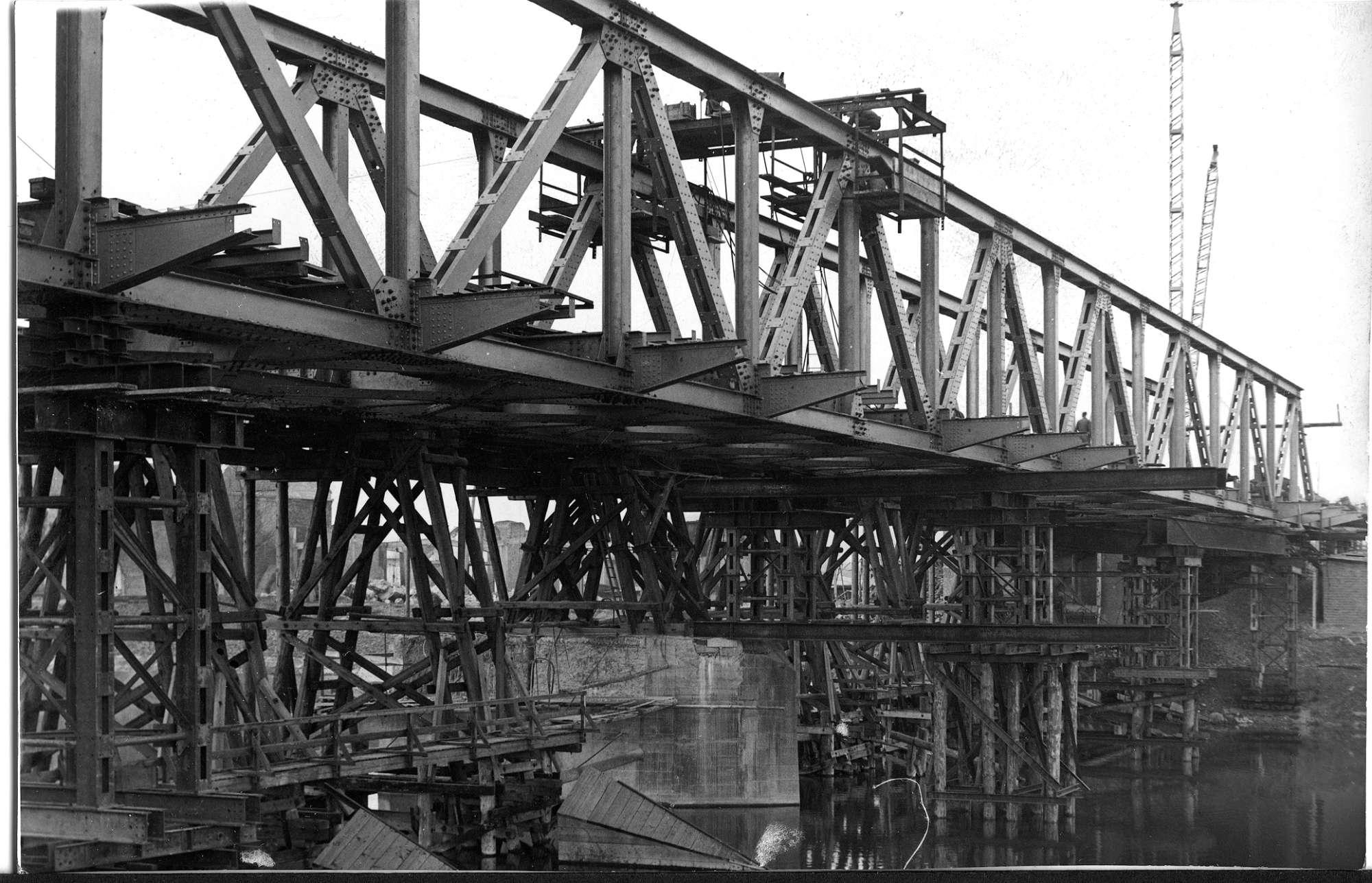 Stuttgart-Gaisburg, Daimlerbrücke, Einsetzen des Fachwerküberbaus, Abb. b