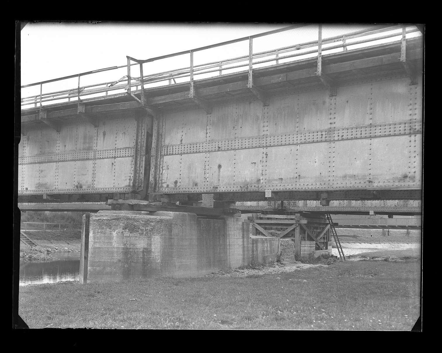 Tuttlingen, Bf, beschädigte Donaubrücke: Kriegsschaden (?), Bild 1