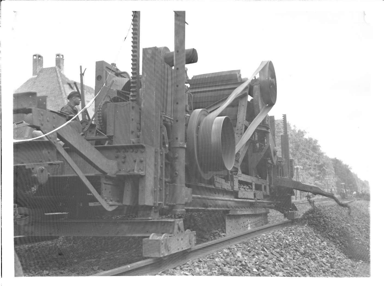 Weingarten (Baden), Maschine zur Schotterbearbeitung, Bild 1