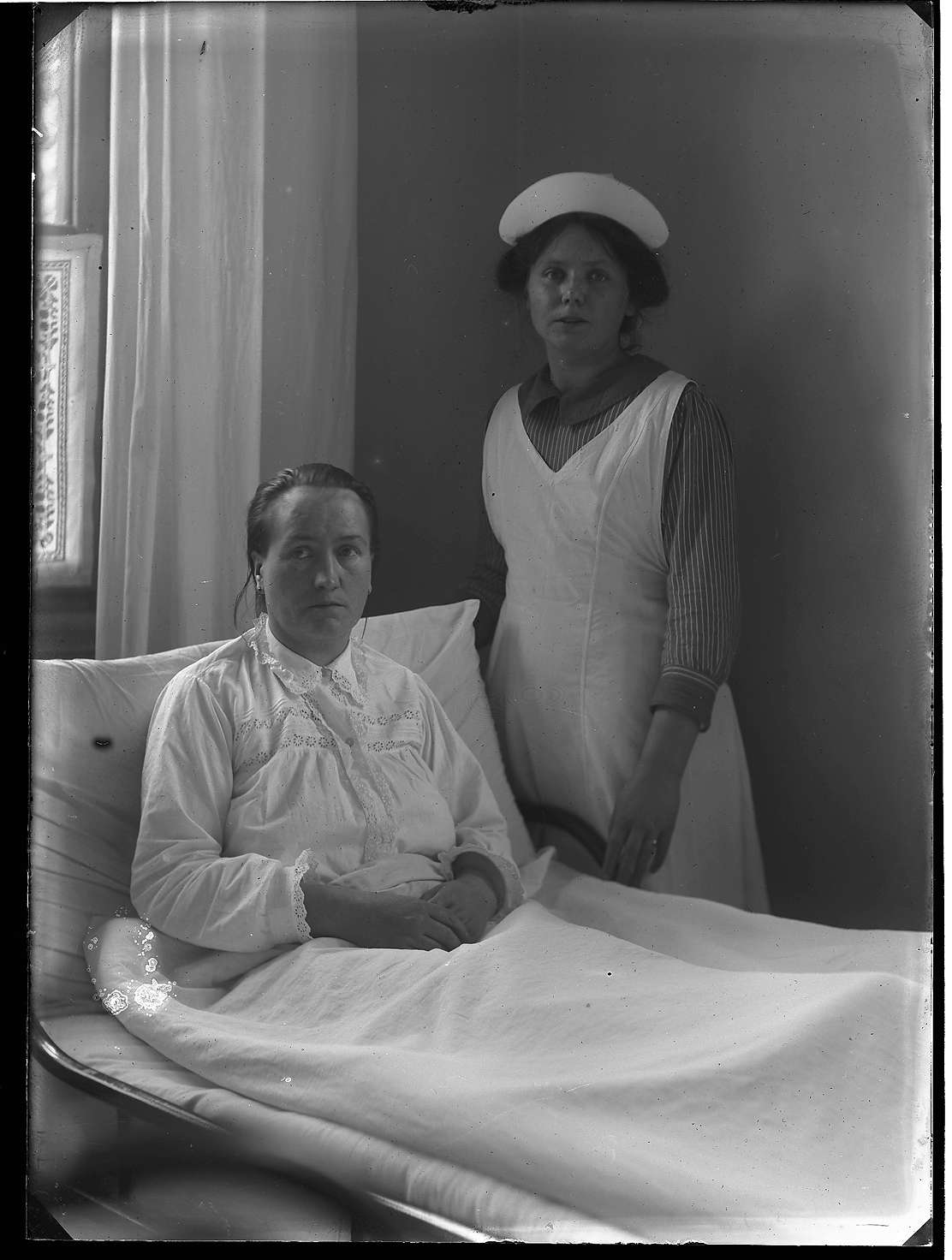 Pflegerin und Patientin Karoline Klefenz am Krankenbett, 1914 [Quelle: Staatsarchiv Ludwigsburg]