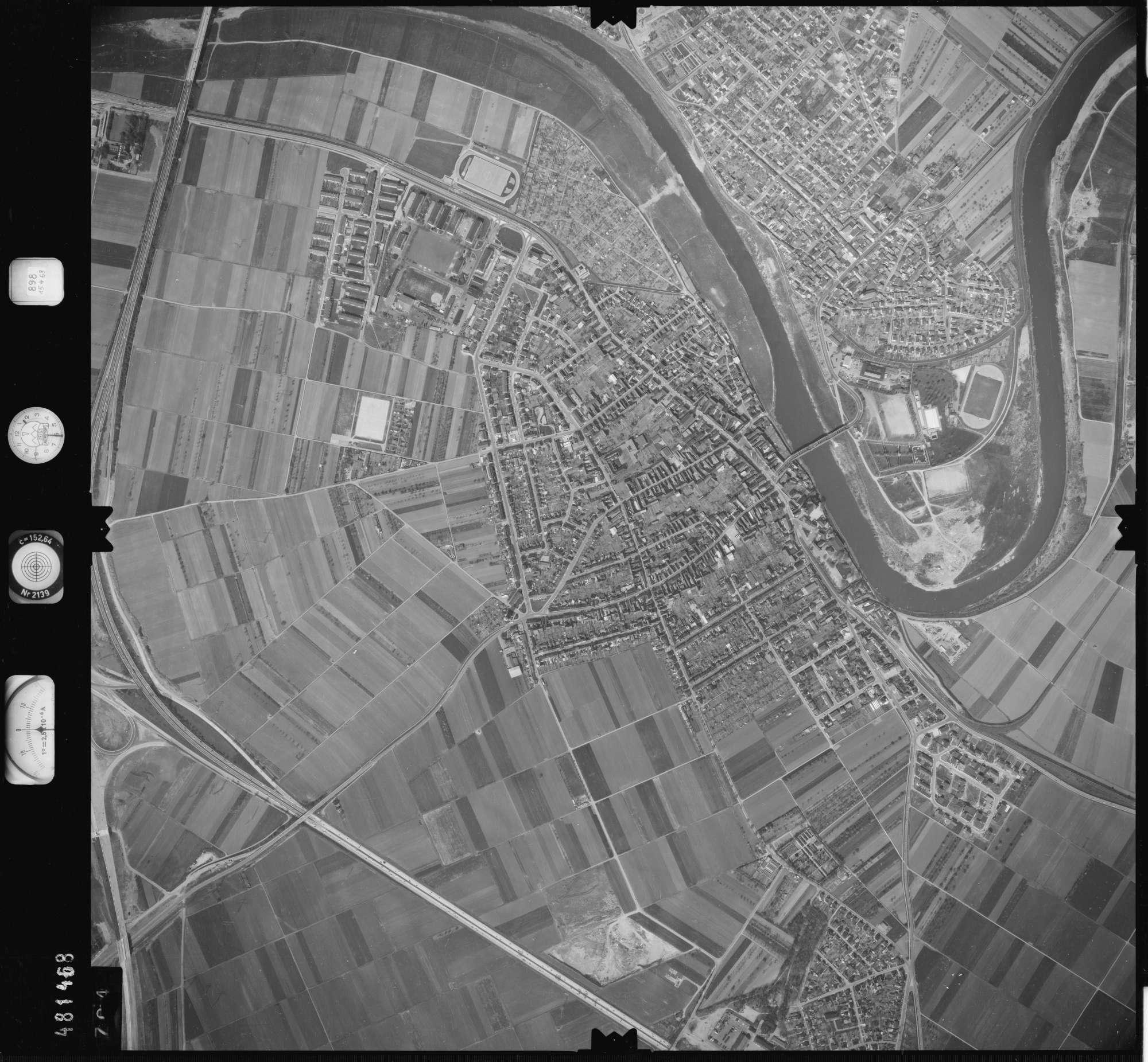 Luftbild: Film 898 Bildnr. 704, Bild 1