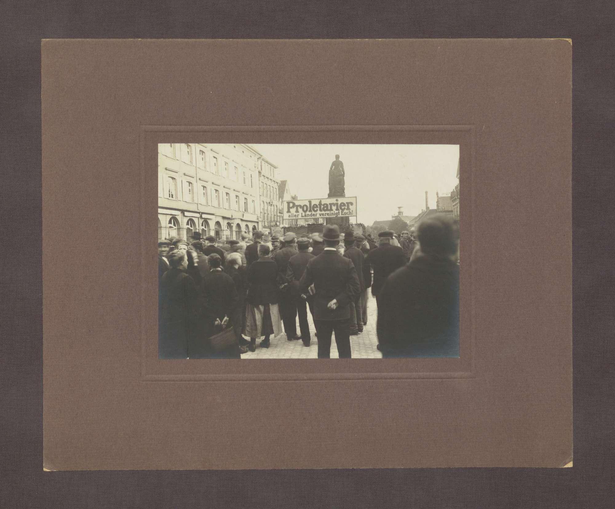 """Volksversammlung am 27. Juli 1926 auf der Hauptstraße in Offenburg: """"Proletarier aller Länder vereinigt Euch"""", Bild 2"""